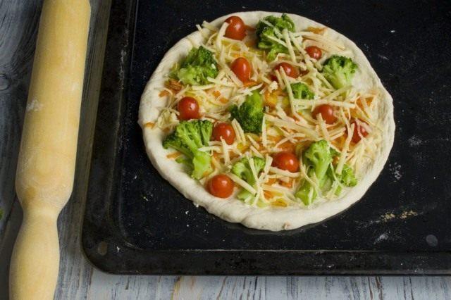 Посыпаем пиццу натёртым сыром тофу