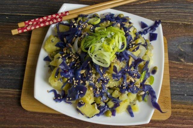 Постный салат с картофелем можно подавать как холодным, так и тёплым