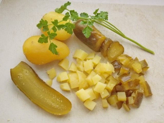 Нарезаем солёные огурцы и отваренный картофель