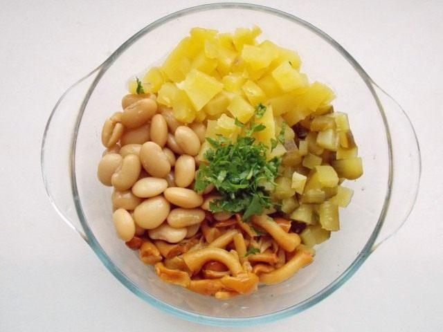 Смешиваем все ингредиенты для салата по-деревенски с опятами