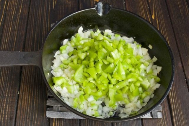 Нарезаем сладкий болгарский перец и добавляем к пассерованным овощам