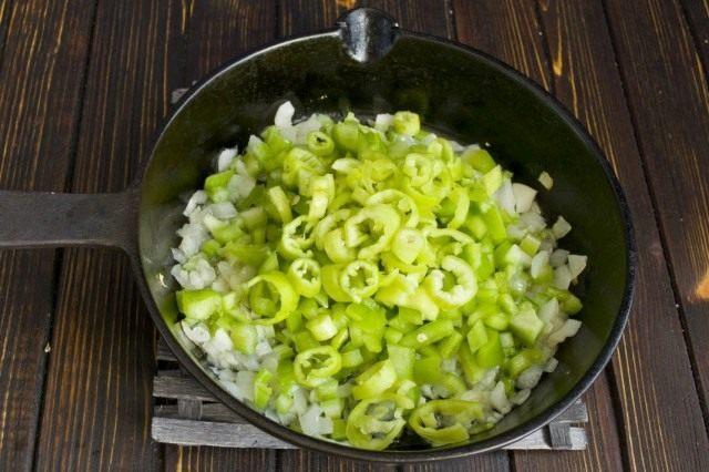 Нарезаем острый перец и добавляем к овощам