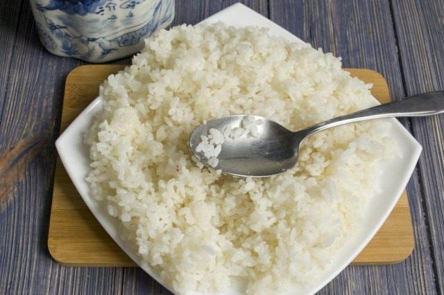 Смешиваем отваренный рис с рассолом