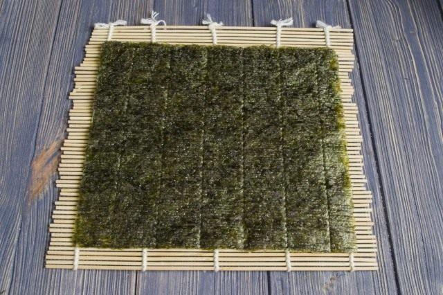 Раскладываем лист из водорослей нори