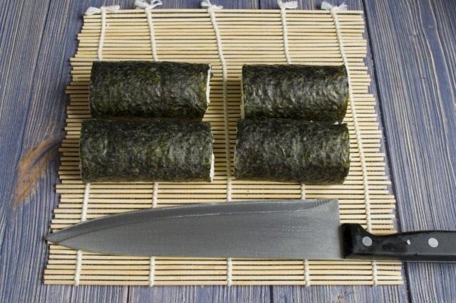 Разрезаем рулет с начинкой для суши маки пополам