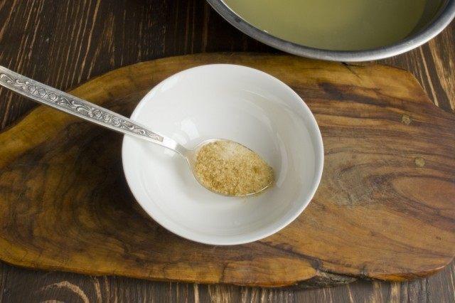 В горячем бульоне разводим желатин