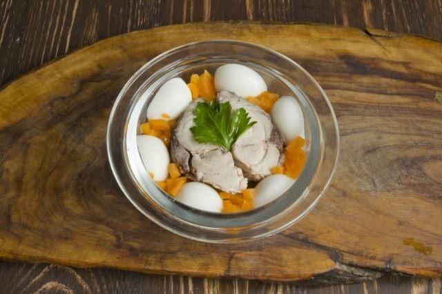 Нарезаем отваренную в бульоне морковь, добавляем лист петрушки