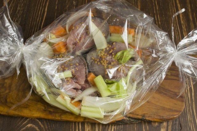 Упаковываем рыбу и овощи в рукав для запекания