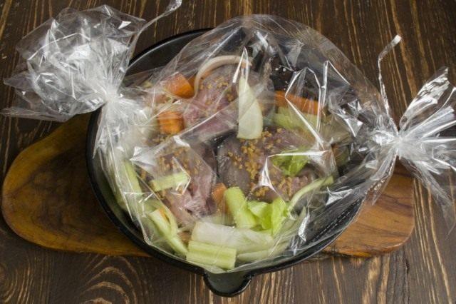Перекладываем упакованную в рукав рыбу на сковороду