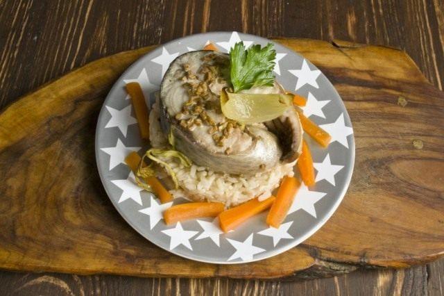 На рис кладём приготовленного в рукаве тунца и украшаем тарелку овощами