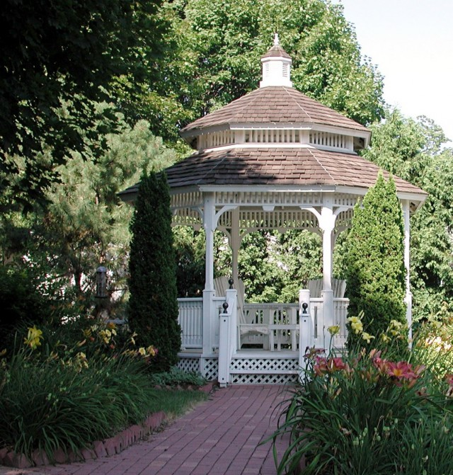 Французская беседка в загородном саду