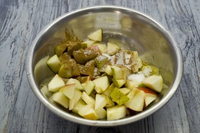 Смешиваем нарезанные яблоки и груши с сахаром и корицей