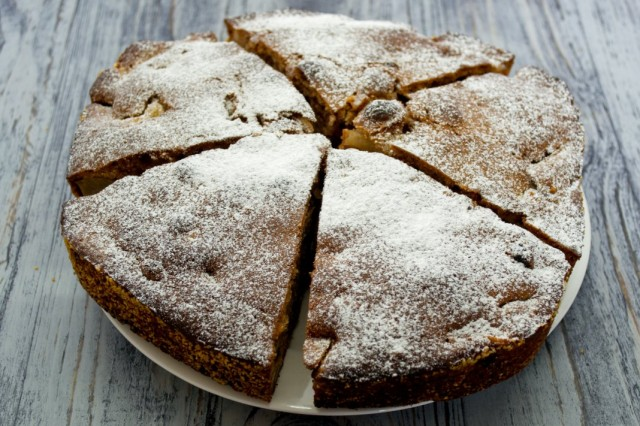 Готовый фруктовый пирог посыпаем сахарной пудрой и разрезаем на порции