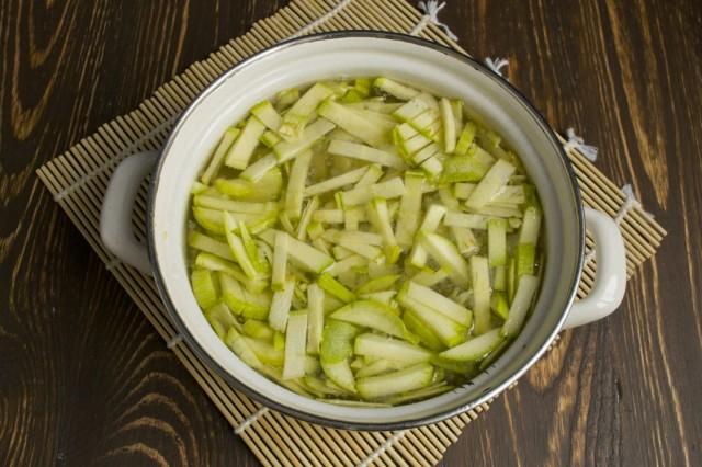 Заливаем овощи куриным бульоном