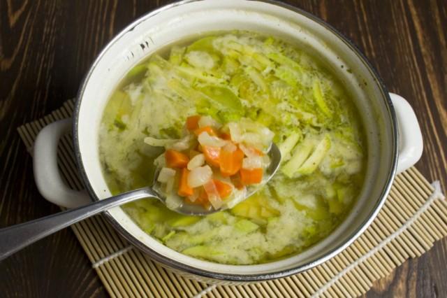 Пока варятся овощи, пассеруем лук и морковь. Добавляем пассерованые овощи в бульон