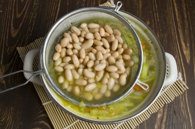 Выкладываем в суп промытую консервированную фасоль