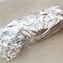Заворачиваем свиные медальоны в медово-горчичном соусе в фольгу и даём им отдохнуть 10 минут