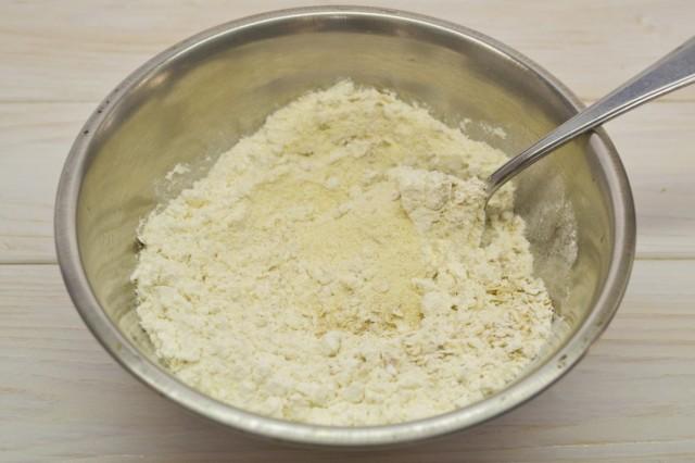 В отдельной миске смешиваем сухие ингредиенты: муку, манку, овсяные хлопья и разрыхлитель