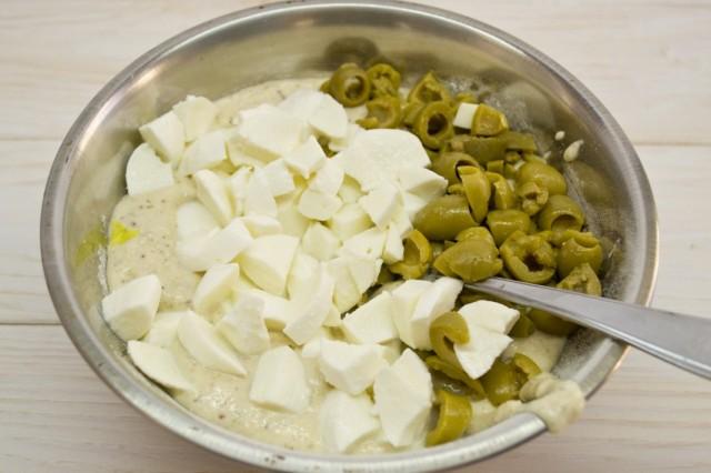 Смешиваем жидкие и сухие ингредиенты, добавляем моцареллу и оливки