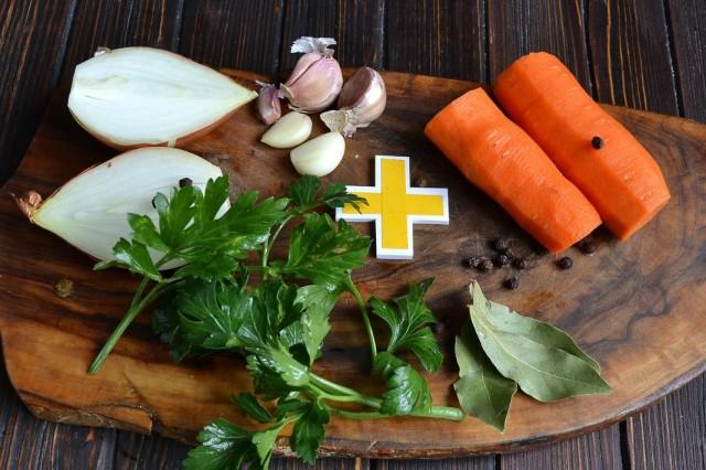 Чистим и нарезаем овощи для бульона