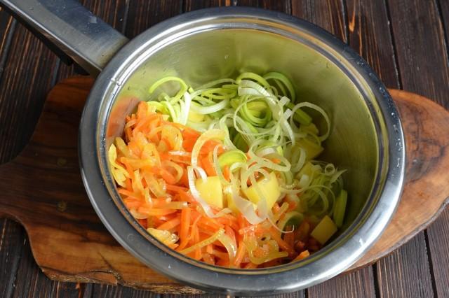 Выкладываем пассерованные овощи, картофель и лук-порей в кастрюлю