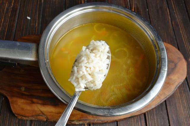 Когда овощи сварятся, добавляем в кастрюлю рис