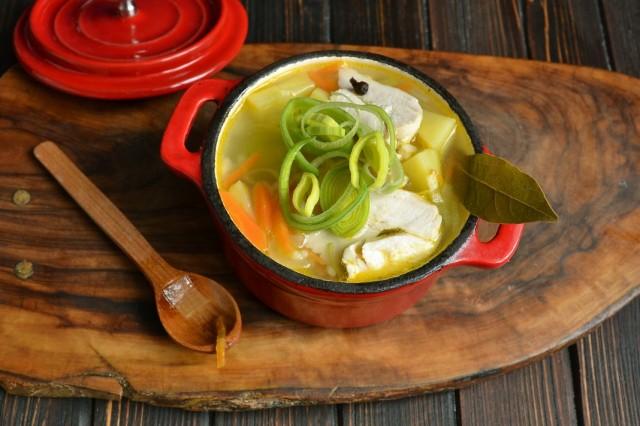 Раскладываем рисовый суп с куриной грудкой и луком пореем по тарелкам
