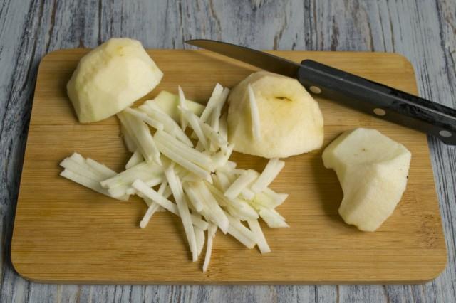 Очищаем и нарезаем соломкой яблоко кисло-сладкого сорта