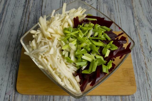Соединяем все овощи в салатнице