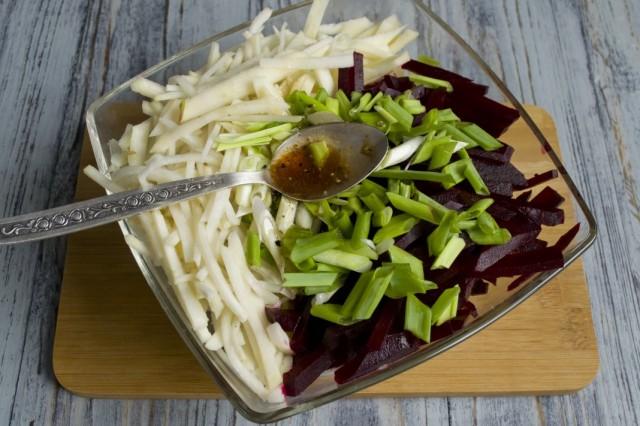Заправляем овощи соусом