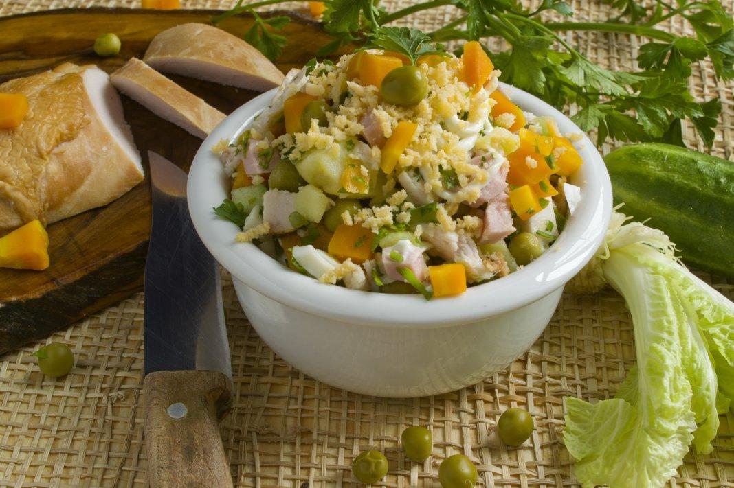 Особую пикантность добавляет таким закускам использование в салате копченой куриной грудки.