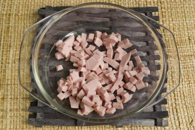 Нарезаем колбасу из мяса птицы