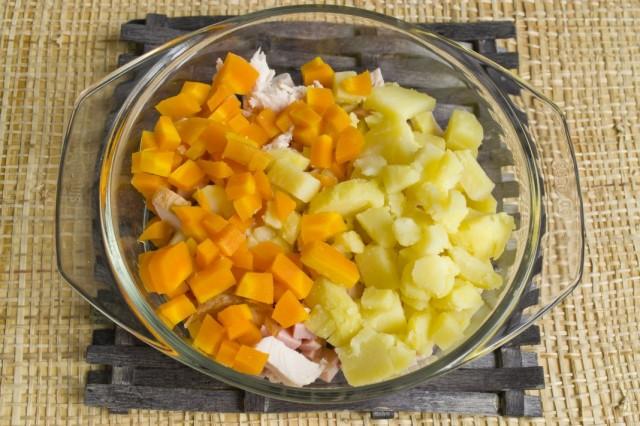 Бланшируем нарезанную морковь и добавляем в салат