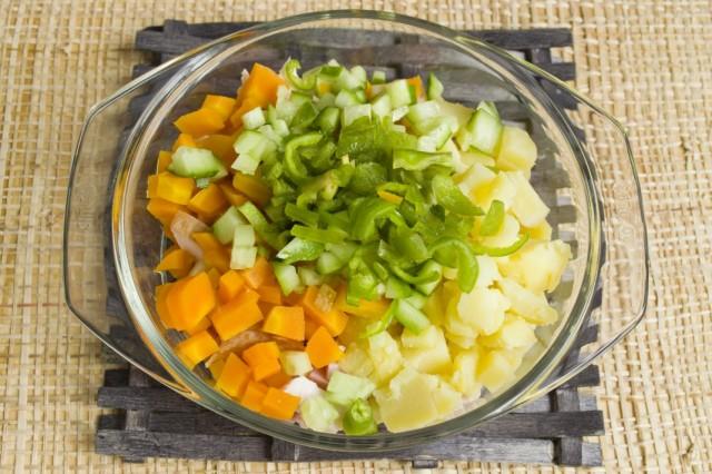 Нарезаем очищенный от семян и перегородок острый перец
