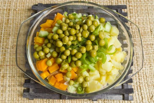 Промываем консервированный зелёный горошек и добавляем в салат