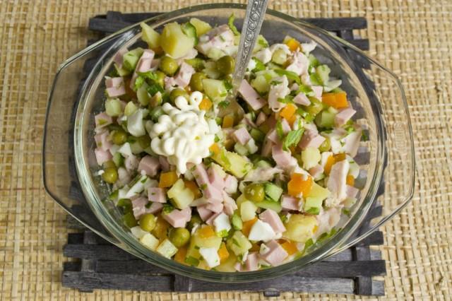 Заправляем салат майонезом, солим и перчим по вкусу