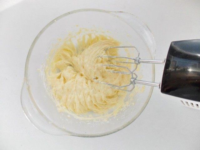 Взбиваем ингредиенты до состояния крема
