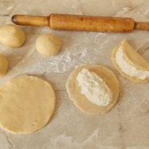 Раскатываем порции теста и выкладываем в середину начинку