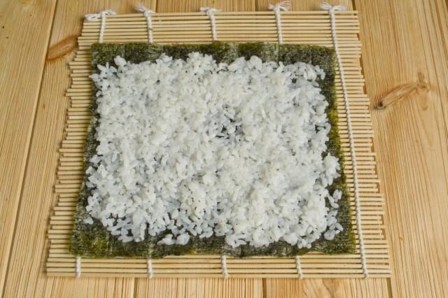 Раскладываем на лист нори рис