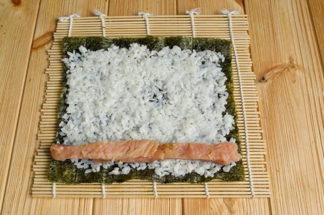 Выкладываем на рис красную рыбу