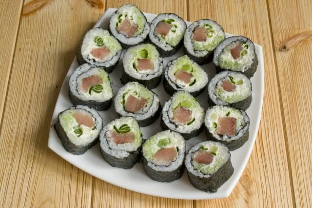 Нарезанные суши сразу подаем к столу