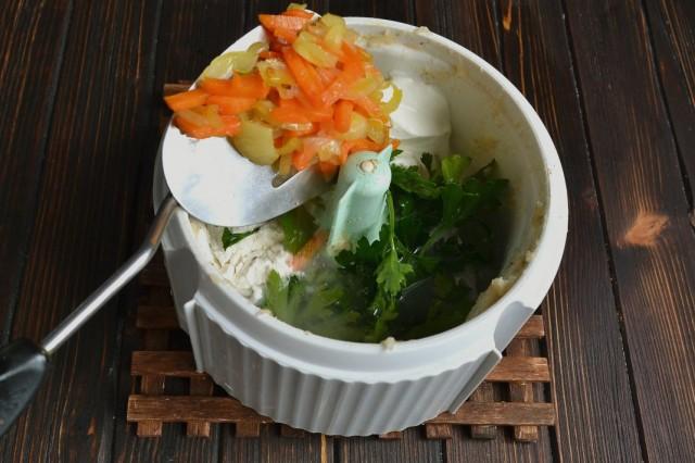 Смешиваем в блендере куриный бульон, зелень и обжаренные овощи. Добавляем специи