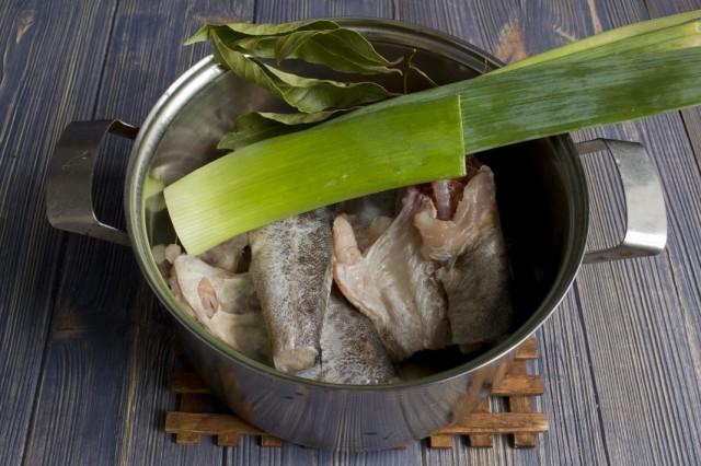 Ставим отвариваться рыбный бульон