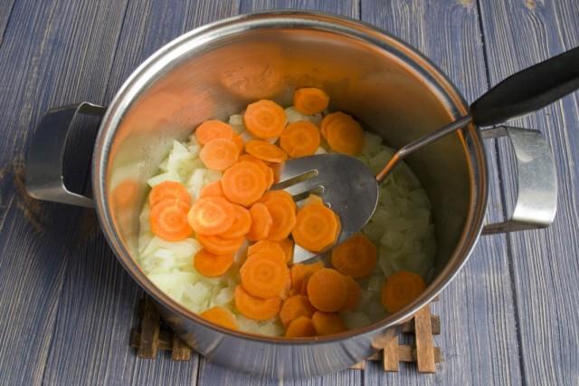 Нарезанную морковь обжариваем с луком