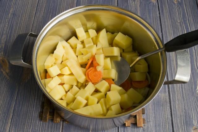 Нарезаем картофель и выкладываем к пассерованным овощам