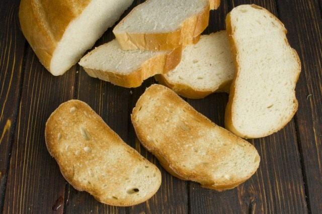 Поджариваем кусочки хлеба