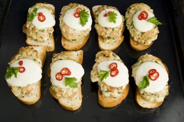 Украшаем бутерброды с куриной котлетой и сыром моцарелла