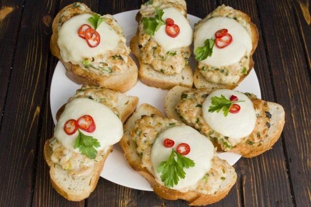 Бутерброды с куриной котлетой и сыром моцарелла, запеченные в духовке