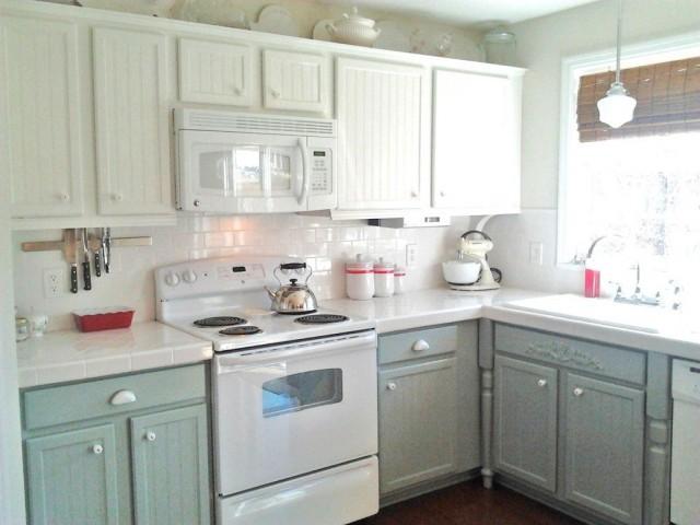 Кухня в загородном доме с электрической плитой