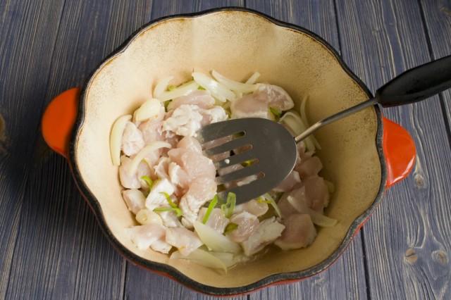 В разогретой смеси сливочного и растительного масла обжариваем чеснок, лук и куриное филе
